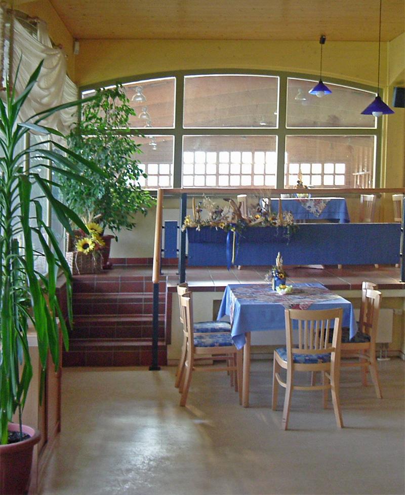 Tourismus- und Freizeitzentrum Seeberg - Gastraum mit Blick in die Reithalle